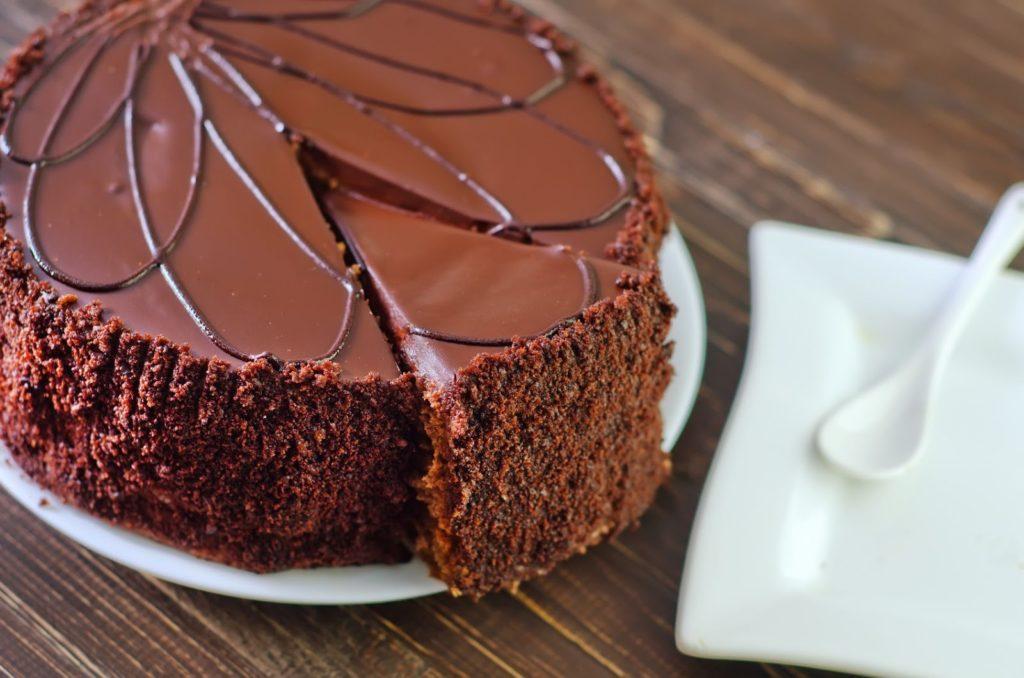 Imagem de um delicioso bolo de brigadeiro